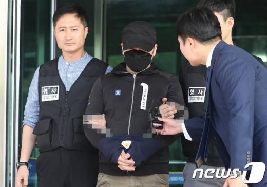 숙박업소에 불법 카메라(몰카)를 설치해 촬영한 A씨(43)가 18일 서울 수서경찰서에서 성폭력처벌 등에 관한 특례법 위반 혐의로 검찰에 송치됐다./사진=뉴스1