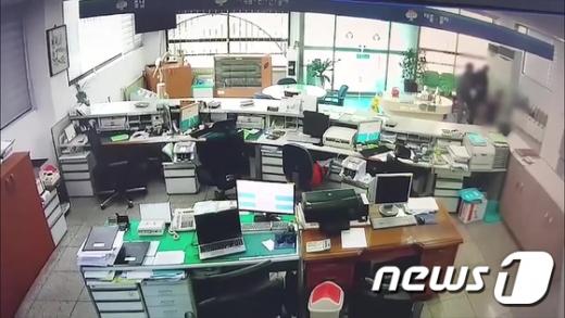 범행 당시 흥주새마을금고 CCTV 화면./사진=뉴스1(경북지방경찰청 제공)