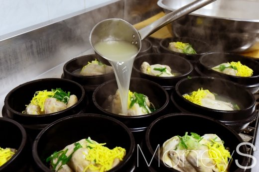 지난 17일 초복을 맞아 서울 여의도 국회의사당 식당 조리실에서 직원들에게 나눠줄 삼계탕을 준비하고 있다. /사진=임한별 기자