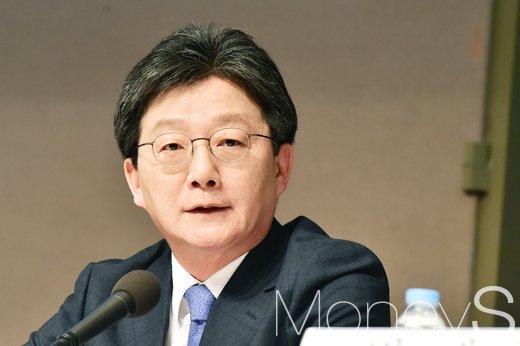 유승민 바른미래당 의원이 박근혜 정권 당시 안종범 청와대 경제수석에게 인사 청탁을 했다는 보도가 나왔다. 사진은 유승민 의원. /사진=임한별 기자