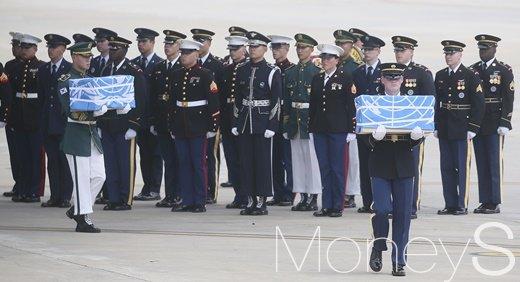 [머니S포토] 오산기지로 송환되는 한국전쟁 미군 유해