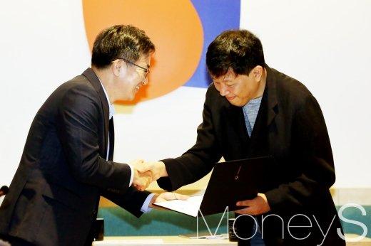 [머니S포토] 혁신성장 회의, 위촉장 전달하는 김동연 부총리