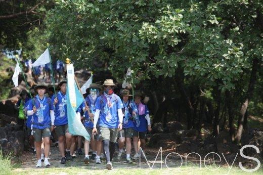 강원 철원군 백마고지 위령비 숲길을 걷는 '휴전선 155마일 횡단' 대원들. /사진제공=동아오츠카