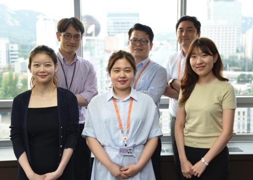 인턴십 프로그램 참가자들과 회사 관계자들이 기념사진을 찍고 있다. /사진=한국후지제록스