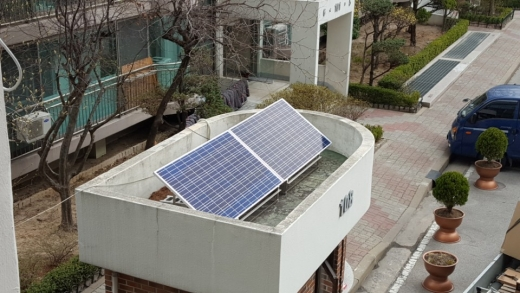 노원구 에너지자립마을 아파트 경비초소에 설치된 미니태양광 발전 장비 모습. /사진=서울시