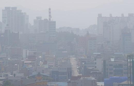 지난 6월 말 전북 전주시 중화산동 일대가 미세먼지 때문에 뿌옇게 보이고 있다. /사진=뉴스1