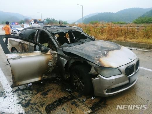 9일 오전 7시55분쯤 경남 사천시 곤양면 남해고속도로에서 2011년식 BMW 730Ld 차종에서 화재가 발생해 전소됐다. /사진=경남경찰청 제공