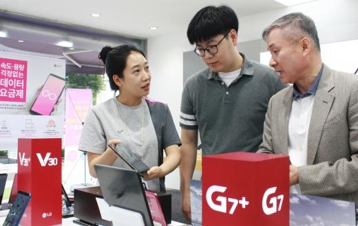하현회 부회장이 강남 직영점에서 IPTV 서비스 아이들나라 2.0 시연을 보고 있다. /사진=LG유플러스