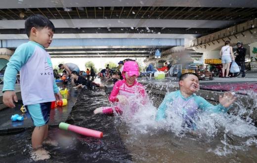 서울 마포대교 밑 서울색공원에서 아이들이 놀고 있다/사진=머니투데이DB