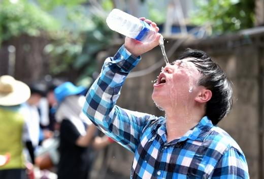 폭염에 지친 한 대구 시민이 얼굴에 물을 뿌리며 더위를 식히고 있다. /사진=뉴시스 우종록 기자