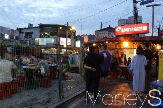 지난 18일 저녁 주말을 맞아 익선동 갈매기살 골목을 메운 시민들. /사진=박정웅 기자