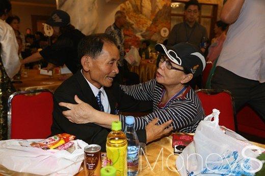 """제21차 이산가족 상봉 이틀째인 21일 오후 북한 금강산호텔에서 열린 단체상봉에서 남측 김혜자씨(75)가 북측 동생 김은하씨(75)를 껴안으며 """"사랑해""""라고 말하고 있다./사진=사진공동취재단"""