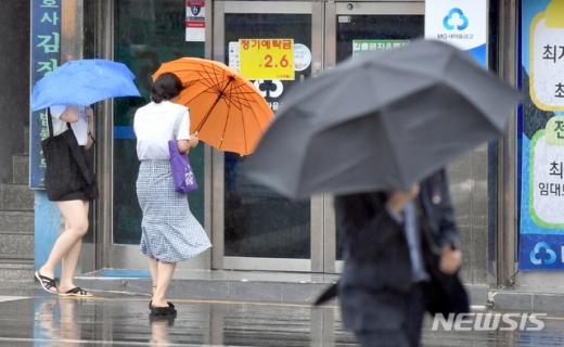 광주 동구 광주지방법원 앞에서 시민들이 우산을 든 채 퇴근을 서두르고 있다. /광주=뉴시스 류형근 기자