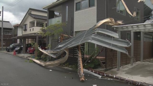 일본 후쿠이현에서 전신주가 강풍에 무너진 모습./사진=NHK 홈페이지 캡처(뉴스1)