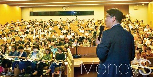 김학렬 더리서치그룹 부동산조사연구소장이 지난 6월26일 <머니S>가 연 제8회 머니톡콘서트에서 '입지투자의 정석 서울 vs 비서울'을 주제로 강연하고 있다. /사진=임한별 기자