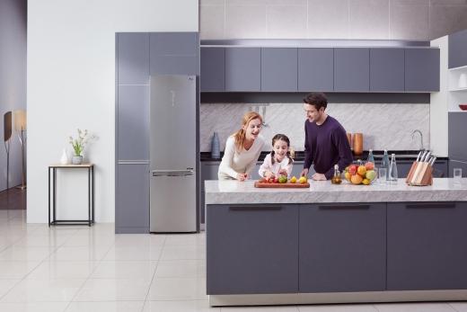 LG전자가 이달 말 독일 베를린에서 열리는 가전전시회 IFA 2018에서 핵심부품인 컴프레서의 에너지효율과 내구성을 세계 최고 수준으로 끌어올린 센텀시스템 냉장고 신제품을 선보인다. / 사진=LG전자