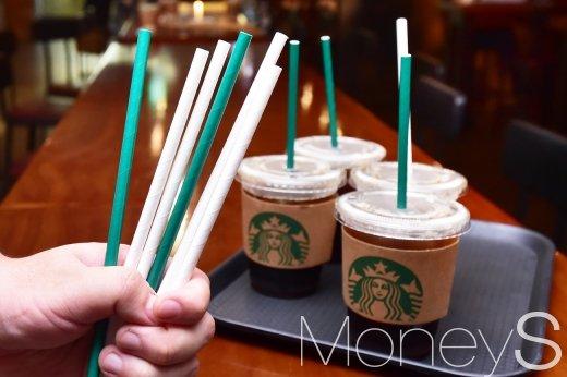 [머니S포토] 100개 매장 '종이 빨대' 도입한 스타벅스