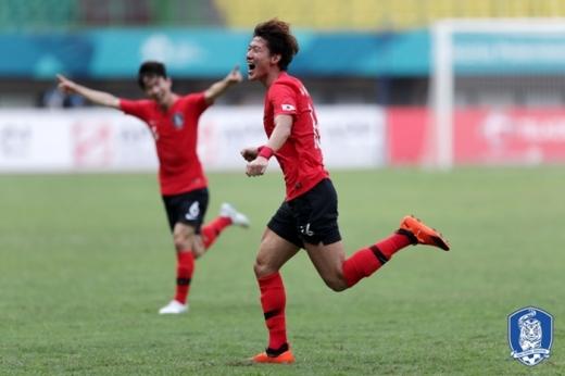 황의조가 아시안게임 8강전 우즈베키스탄과의 경기에서 골을 넣고 포효하고 있다. /사진=대한축구협회