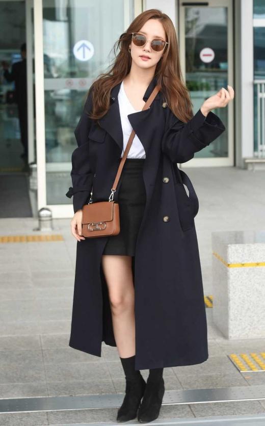"""[★공항패션] 박민영, 블랙 트렌치코트+스커트… """"가을이 성큼"""""""
