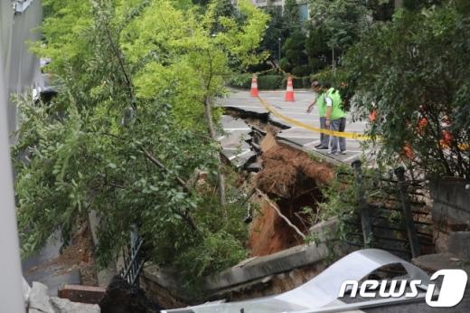 31일 오전 서울 금천구 가산동의 한 아파트 인근 도로에 가로 30m, 세로 10m 크기의 대형 싱크홀(땅 꺼짐)이 발생해 주변이 통제되고 있다. /사진=뉴스1
