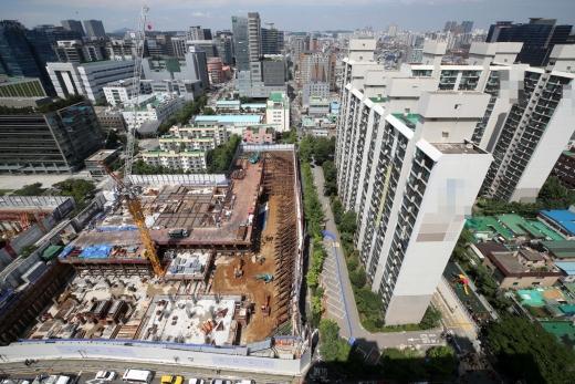 서울 금천구 가산동 한 아파트 인근 도로에서 싱크홀(땅꺼짐)이 발생해 아파트 주민 150여명이 긴급 대피했다. 사진은 사고 현장. /사진=뉴시스 고범준 기자