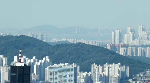 서울 중구 N서울타워에서 본 서울 도심 너머로 인천 앞바다가 보이고 있다. /사진=뉴스1 박지수 기자