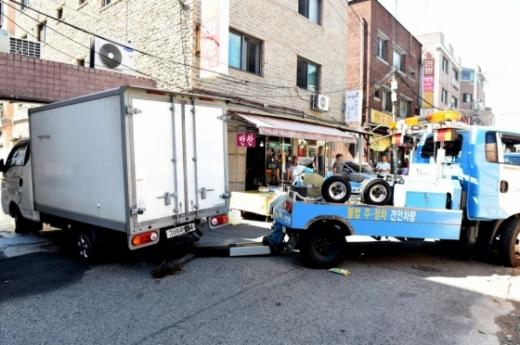 노원구가 공릉동 한 건물 주차장을 막고 있던 차량을 견인조치하고 있다. /사진=머니투데이(노원구청 제공)