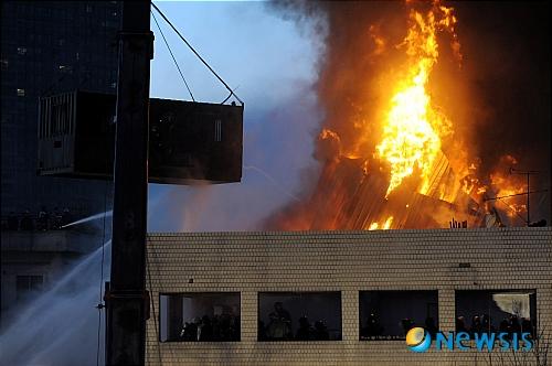 2009년 1월20일 새벽 서울 용산 4구역 철거민대책위원회 회원들이 밤샘 농성을 벌이고 있는 한강로 재개발지역의 한 건물 옥상에서 경찰의 강제 진압이 진행된 가운데 시위대가 옥상에 설치한 망루가 불에 탔다./사진=뉴시스