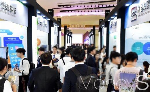 '청년희망 실현을 위한 금융권 공동채용 박람회'가 지난 8월 29일 서울 동대문디자인플라자 알림1관에서 열린 가운데 구직자들이 부스를 둘러보고 있다./사진=임한별 기자