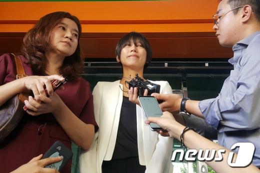양예원씨(가운데)와 이은의 변호사(왼쪽)./사진=뉴스1