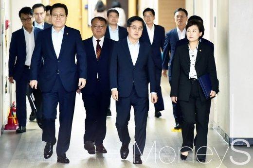 [머니S포토] 굳은 표정으로 들어서는 김동연 부총리와 부처 장관들