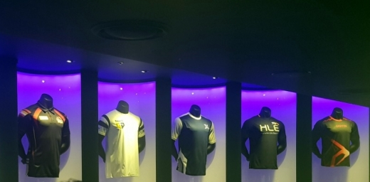 롤파크 내부에 전시된 LCK 팀 유니폼. /사진=채성오 기자