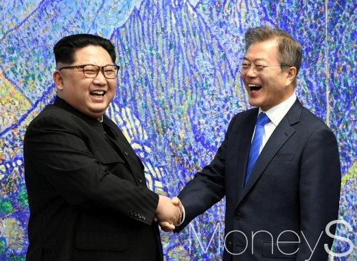 지난 4월27일 문재인 대통령과 김정은 국무위원장이 악수하고 있다. / 사진=한국공동사진기자단