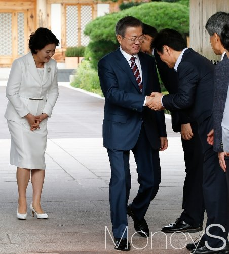 [머니S포토] 남북정상회담, 청와대 직원 환송받는 문 대통령 내외