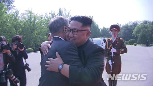 문재인 대통령과 김정은 국무위원장이 지난 5월26일 오후 판문점 북측 통일각에서 정상회담을 마친후 포옹하고 있다. /사진=뉴시스