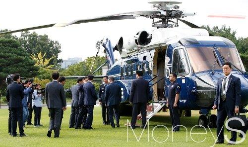 [머니S포토] 헬기 오르는 문재인 대통령