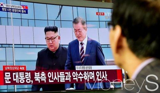 [머니S포토] 남북정상회담, 에스코트 받는 문재인 대통령