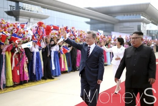 [머니S포토] 평양 시민들 향해 손 흔드는 문재인 대통령