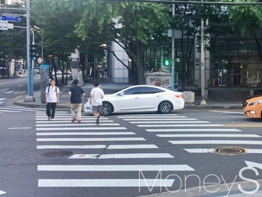 서울 종로구 사직동 횡단보도에 한 차량이 끼어들고 있다. 신호등이 초록불을 가리키지만 소용이 없다. /사진=강산 기자