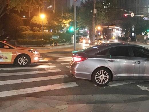 지난 17일 밤 11시쯤 서울 종로구 세종문화회관 인근 횡단보도를 차량이 지나가고 있다.  /사진=강산 기자
