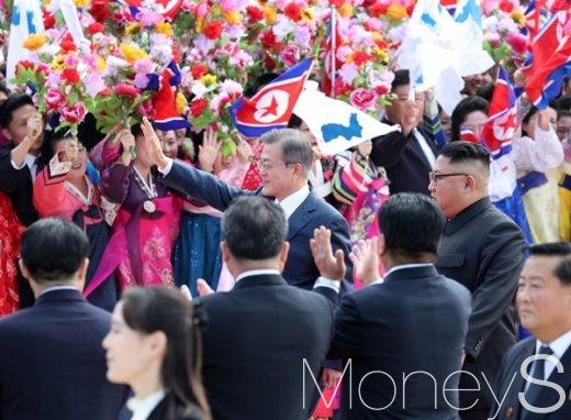 [머니S포토] 시민들 환호받으며 이동중인 문재인 대통령