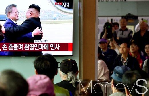 '2018 평양 남북정상회담' 개최 첫날인 18일 서울역 대합실에서 시민들이 남북 정상이 만나는 장면을 생중계로 시청하고 있다. /사진=임한별 기자