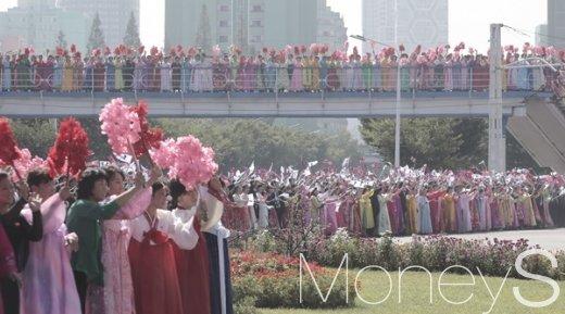 [머니S포토] 문 대통령 환영식, 거리마다 꽃의 향연
