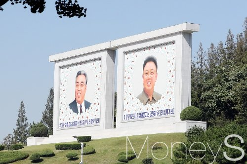[머니S포토] 평양시내 김일성·김정일 초상