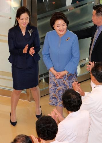 [머니S포토] 평양 옥류아동병원 방문한 김정숙·리설주 여사