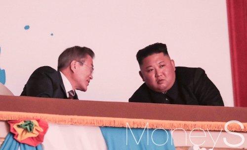 문재인 대통령과 김정은 국무위원장이 18일 오후 평양대극장에서 열린 환영 예술공연에 참석해 대화를 나누고 있다. /사진=평양사진공동취재단