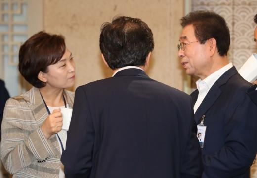 김현미(왼쪽) 국토부 장관과 박원순 서울시장. /사진=뉴시스 박진희 기자
