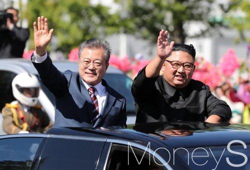 문재인 대통령과 김정은 국무위원장이 18일 오전 평양 시내를 카퍼레이드 하며 환영하는 평양 시민들에게 손을 들어 인사하고 있다. /사진=평양사진공동취재단