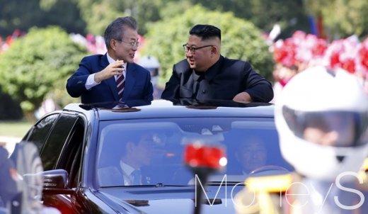 문재인 대통령과 김정은 국무위원장이 무개차를 함께 타고 18일 평양국제공항에서 백화원 초대소로 이동하고 있다. /사진=평양공동취재단