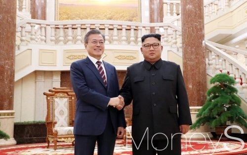 문재인 대통령과 김정은 북한 국무위원장./사진=평양사진공동취재단
